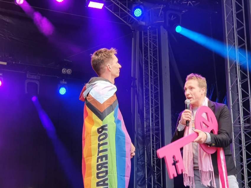 Leeuwarden draagt sleutel Roze Zaterdag officieel over aan Rotterdam