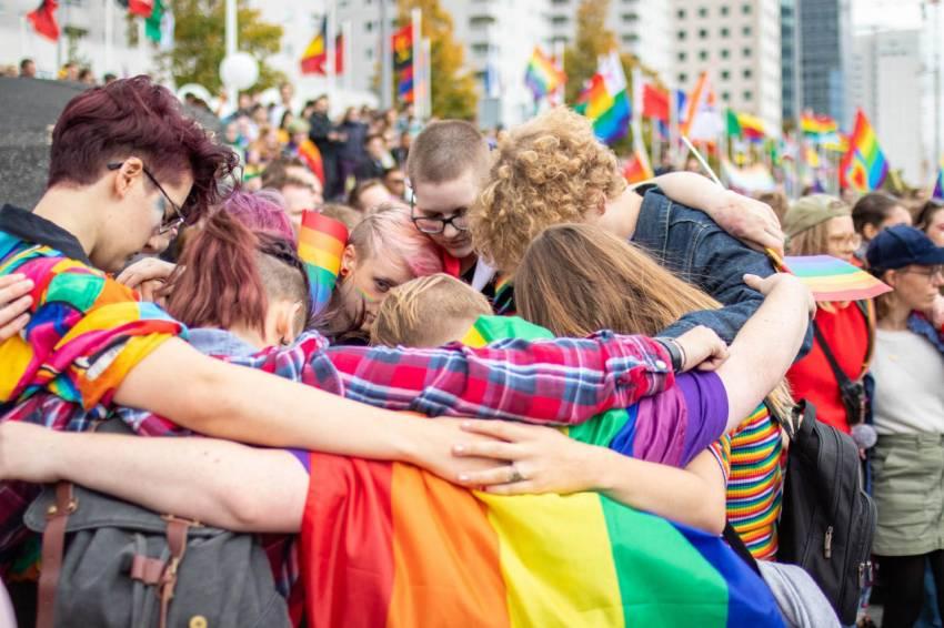 Grootschalige demonstratie tijdens Rotterdamse Prideweek