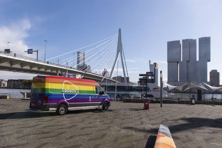 Regenboogbus PostNL in Rotterdam op Coming Out Dag.